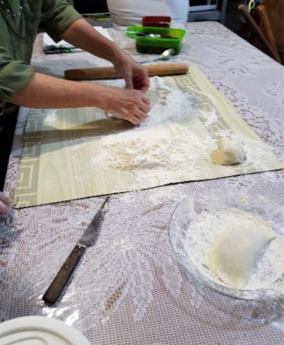 Abrindo a massa para colocar o recheio