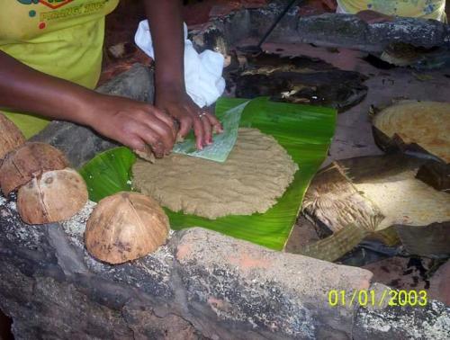 Envolvendo os bolos na folha de bananeira